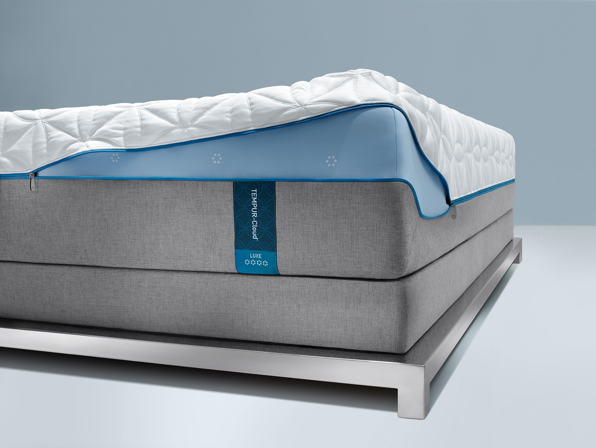 An illustration showing the Easy Refresh removable cover on the Tempur-Cloud Luxe mattress